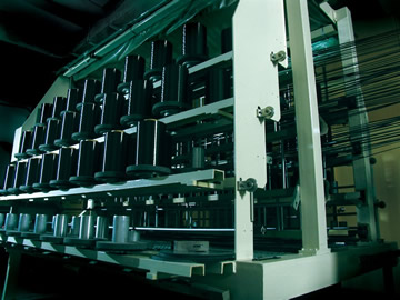 糸の選定からのカーボンシート製作、成型、焼成まで、カーボンフレーム製作のすべての工程を一貫生産できる体制を持つのがジャイアントの強みだ
