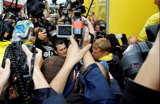 2008年ツール・ド・フランスで警察に連行されるリカルド・リッコ(イタリア、当時サウニエルドゥバル・スコット)