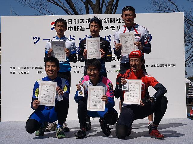 X3クラスの表彰台。手前中央が優勝した鶴岡聖隆さん