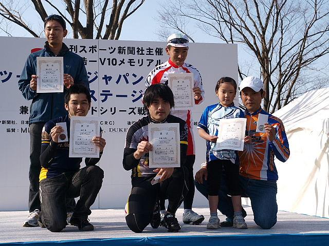 Dクラスの表彰台。手前中央が優勝した佐藤直哉さん