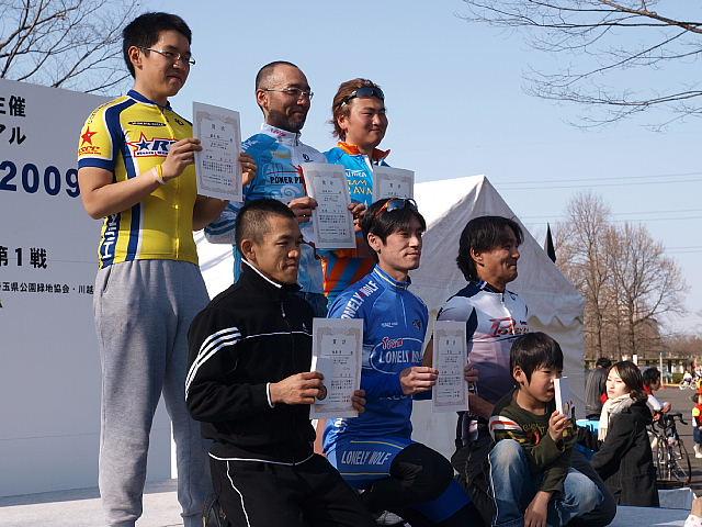 カメラマンに応えるCクラスの入賞者たち。前列中央が優勝した里 誠さん
