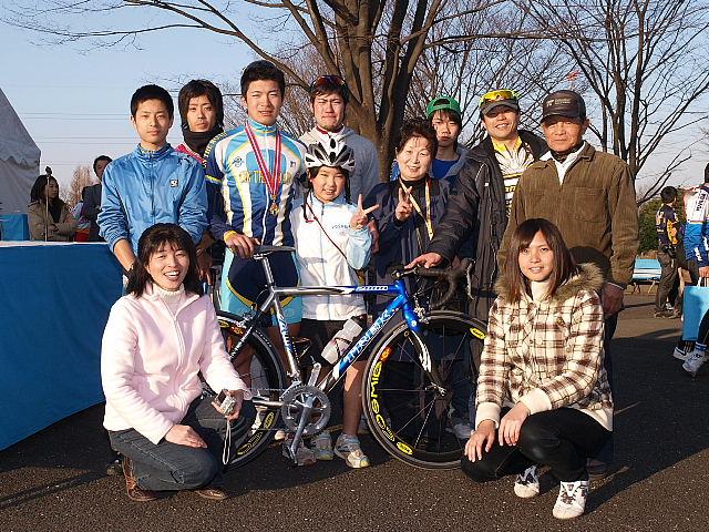 Aクラスで優勝した小森 裕幸さんと流通経済大学関係者の皆さん