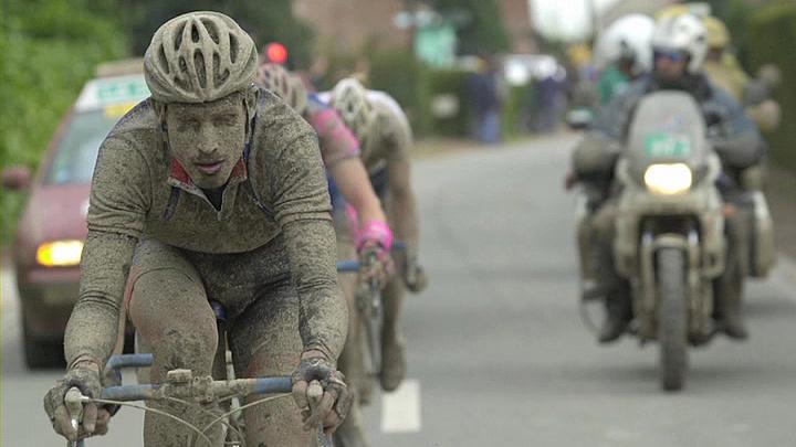 泥だらけで走る選手たち