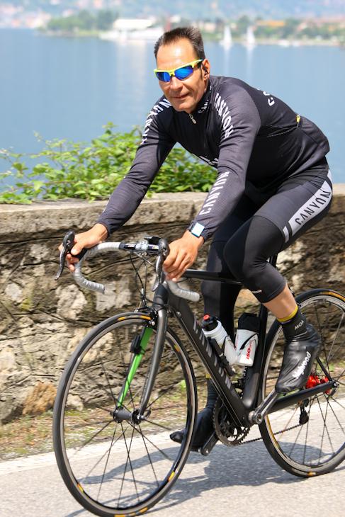 ご機嫌にコモ湖畔サイクリングを満喫するエリック・ツァベル(ドイツ ...