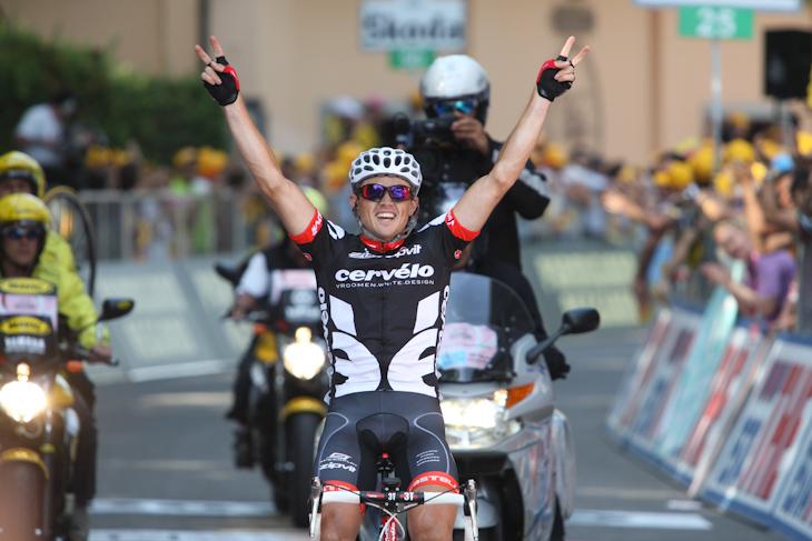 第14ステージ、単独でゴールに飛び込むサイモン・ジェランス(オーストラリア、サーヴェロ)