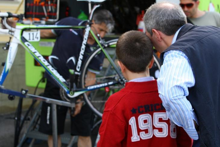 次世代のレーサー、それともメカニック?見学に来た少年が彼らの職人技を身動き1つせずじっと見守る