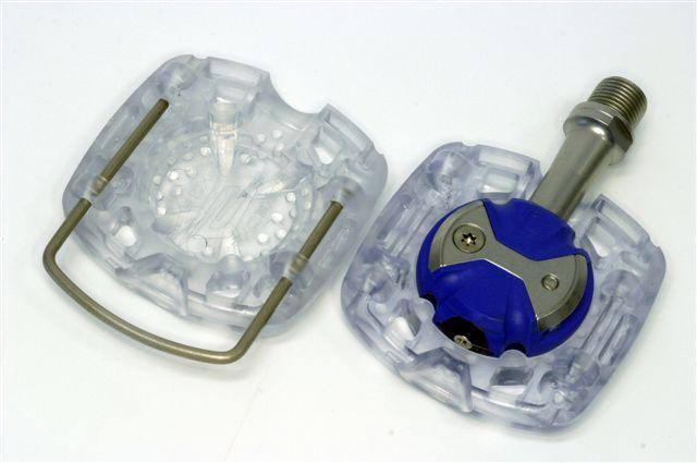 プラットフォーマーでペダルを包むように挟み、付属のワイヤーピンで固定する