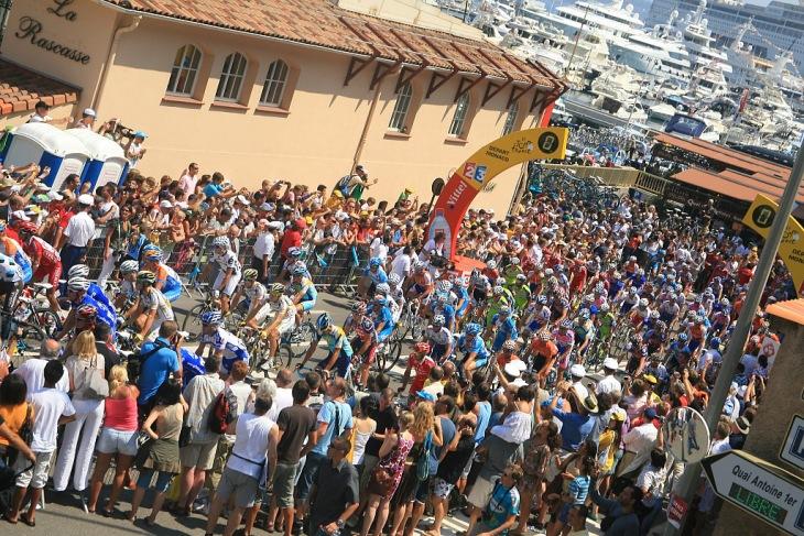 ツール・ド・フランス第2ステージ、モナコの0km地点をスタートする選手たち