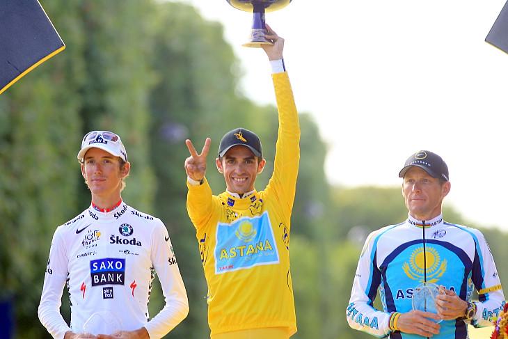 2009年ツール・ド・フランス 表彰台で2度目の総合優勝をアピールするアルベルト・コンタドール(スペイン、アスタナ)