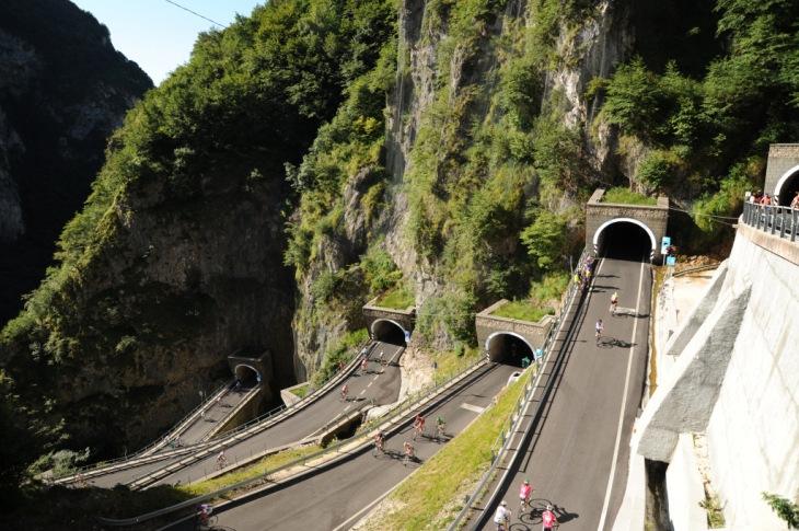 """グランフォンドコースの難所のひとつ""""サンボルト峠""""(Passo San Boldo)。岩肌をくり抜いて掘られたトンネルをクリアしながら九十九折りの道が続く"""