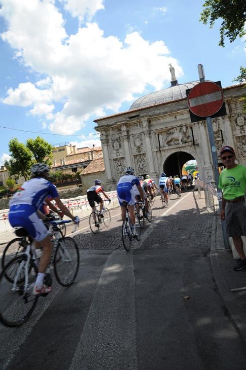 城門を抜け、古都の雰囲気が漂うトレヴィーゾの城壁内でゴール!地元の人や先にゴールした仲間たちの声援を受けてゴールする気分は、格別!!