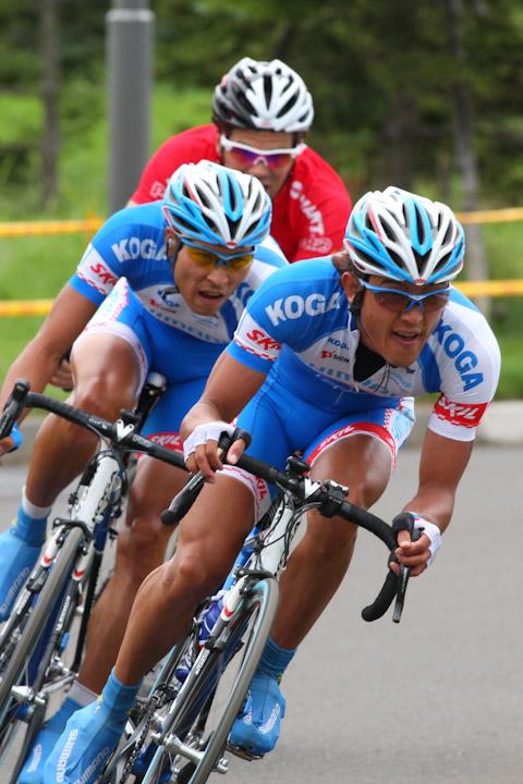 ツール・ド・北海道2009第6ステージで逃げる鈴木真理と阿部嵩之(シマノレーシング)、リース・ポロック(ドラパック・ポルシェ)