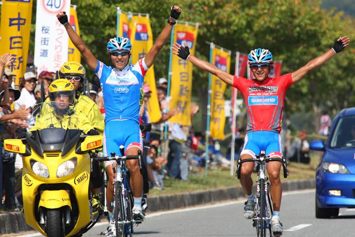 その後の2009年飯田ロード、阿部は鈴木とともに再度の逃げを演じ、ワン・ツーフィニッシュでプロ初優勝を飾る