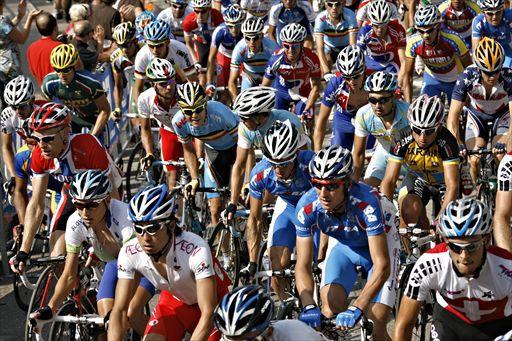 メンドリシオの周回コースをこなす各国の選手たち、左下に別府史之(日本)