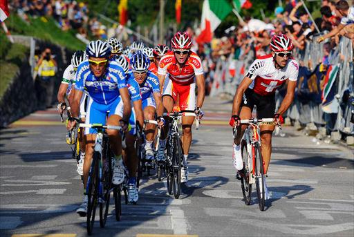ゴールまで1周半を残したナヴァッツァーノで集団を一気に縮小させたイヴァン・バッソ(イタリア)の牽き