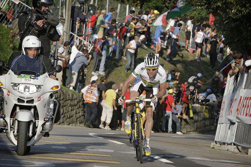 最終周回のナヴァッツァーノを独走で駆け上がるカデル・エヴァンス(オーストラリア)