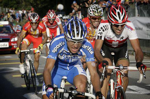 最終周回のナヴァッツァーノでジルベールのアタックに食らいつくダミアーノ・クネゴ(イタリア)やファビアン・カンチェラーラ(スイス)