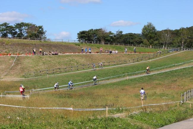 会場は牧草地帯のアップダウンだ: photo:HIdeaki.TAKAGI