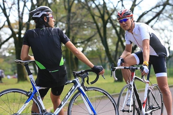 BHバイクの印象を語り合う吉本司氏(写真左)と仲沢隆氏