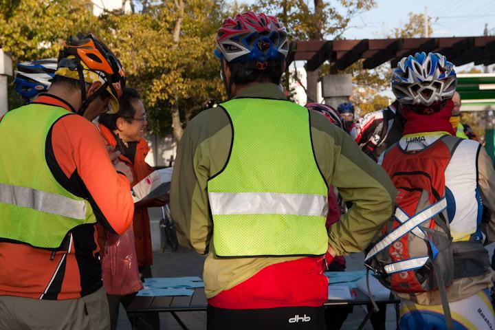 自転車の 反射材 ベスト 自転車 : 反射材のベスト着用が多い ...