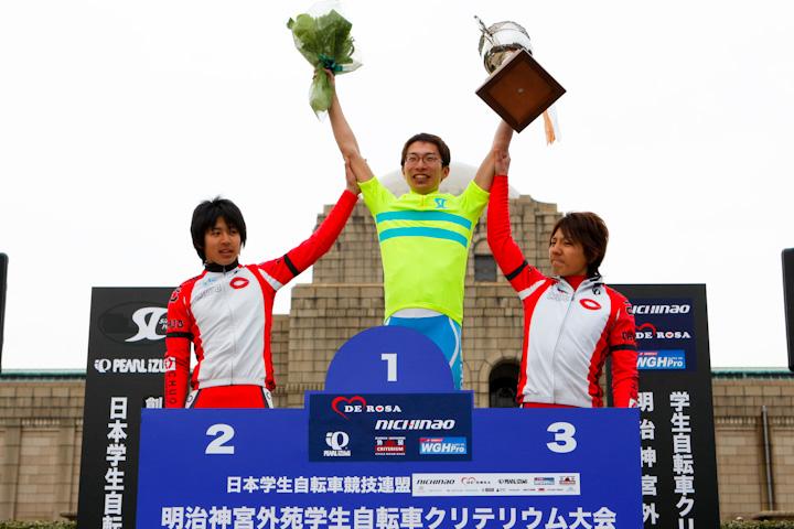 学生ロードレース・カップ・シリーズ総合を征し、表彰を受ける