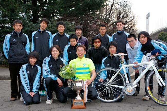 西園を囲む東京大学自転車競技部: photo:Hideaki.TAKAGI