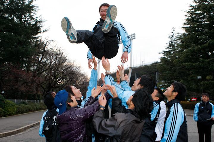 西薗良太を胴上げする東京大学自転車競技部