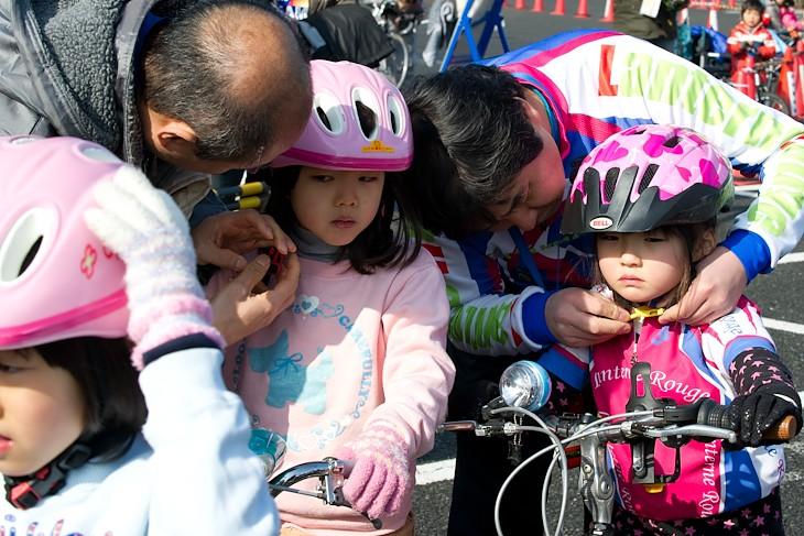 「みんな、ヘルメットはしっかりあごの下で留めてくださいね!」