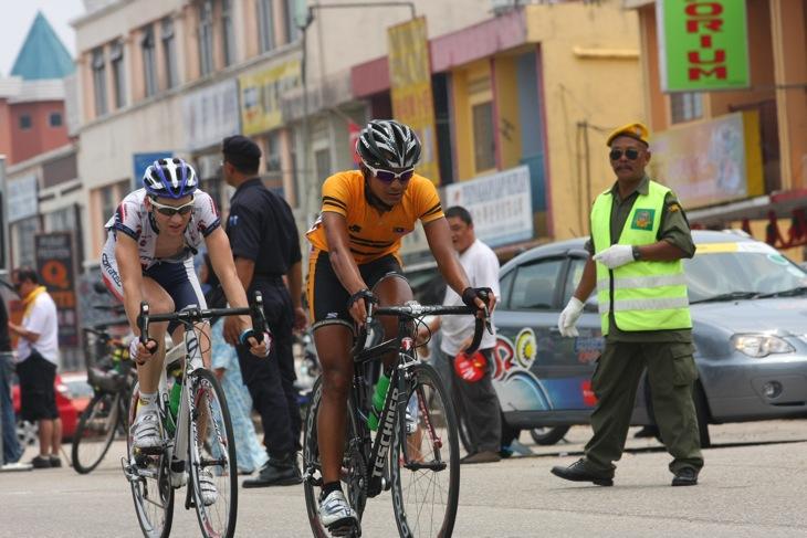 逃げたアリ・ファラニー(マレーシアチーム)と、シルヴェール・アッカーマン(スイス、フォアアールベルク・コラテック)