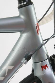 ヘッドチューブは下部ベアリングに1-1/4サイズを採用するテーパー形状。ヘッドチューブは長めに設計されている