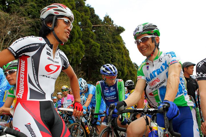 移籍初レースとなった伊吹山ヒルクライムのスタート前、元チームメイトの狩野智也と談笑。共に今季から他のチームへと移ったが、互いに認め合う仲でもある