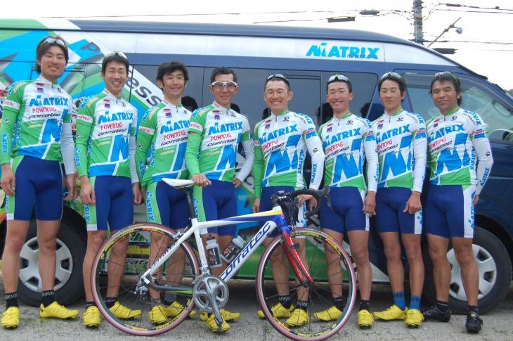 新天地、マトリックス・パワータグのメンバーとともに(左から3番目)