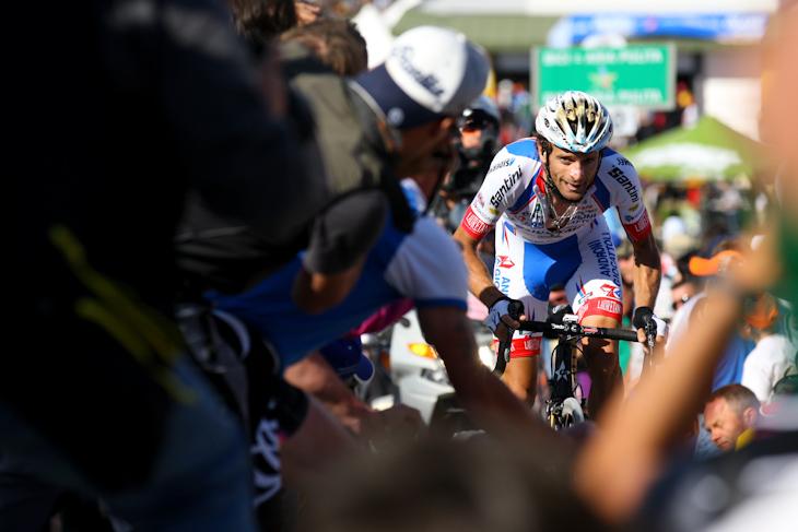 観客をかきわけて激坂を進むミケーレ・スカルポーニ(イタリア、アンドローニ・ジョカトーリ)