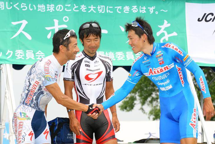 新チャンピオン福島晋一(クムサン・ジンセン・アジア)と昨年の覇者盛一大(愛三工業レーシングチーム)が握手