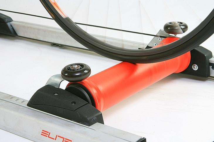 脱輪の危険性を軽減するサーモプラスチック製「つづみ型ローラー」を採用