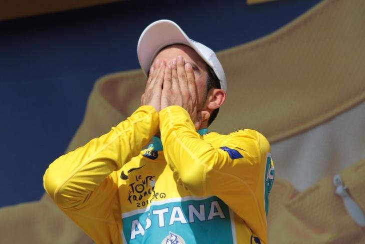 表彰台で涙するアルベルト・コンタドール(スペイン、アスタナ)