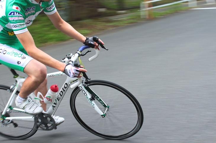 速度を上げるほどバイクの挙動が落ち着いてくるので、スピードを上げることが楽しくなってくる
