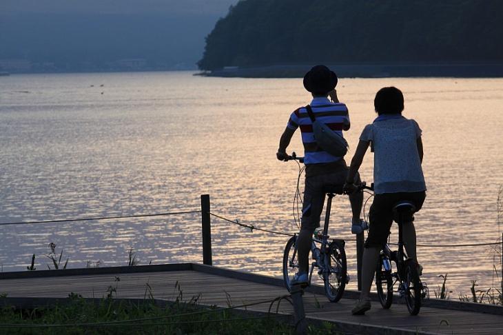 陽の沈んだ山中湖にサイクリストが映える