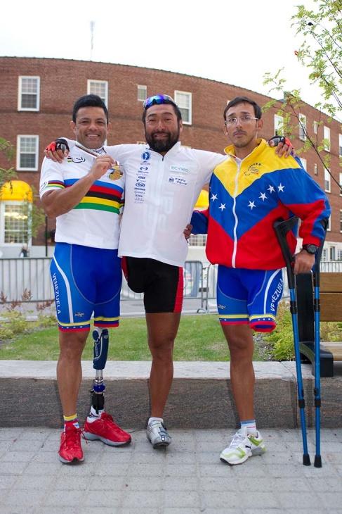 1本足のチャンピオン、ヴィクトル・ウゴ・ガリド・マルケス[C2](左)たちベネズエラの選手と一緒に