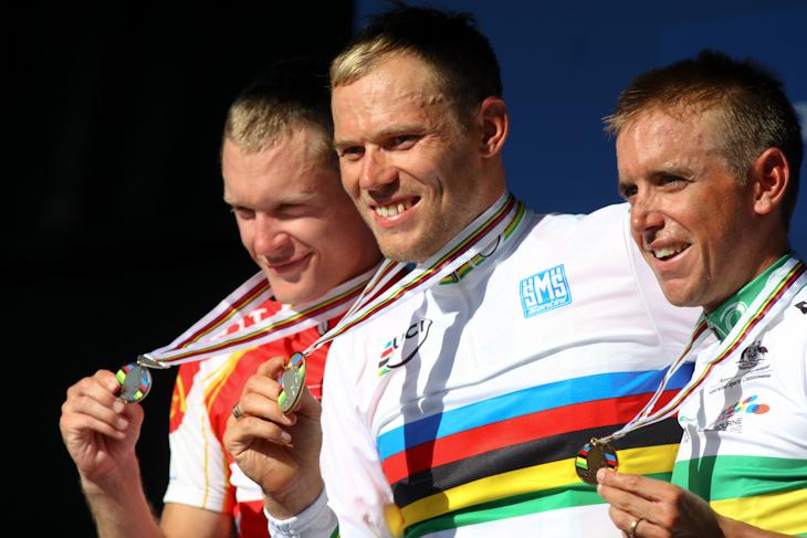表彰台、左から2位マッティ・ブレシェル(デンマーク)、優勝トル・フースホフト(ノルウェー)、3位アラン・デーヴィス(オーストラリア)