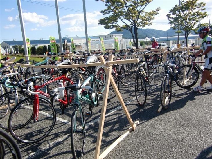 ... 手作りの木製自転車スタンドが