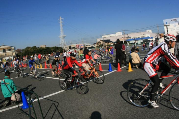 憧れの選手たちが楽しく自転車の乗り方を指導