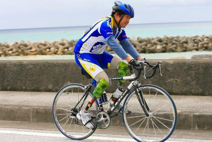 淡々と完走を目指して走る両足が義足の島袋さん: (c)Makoto.AYANO