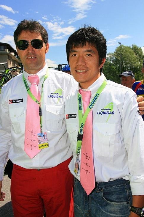 リクイガス時代、ステファノ・ザナッタ監督とダニーロ・ディルーカのジロ総合優勝を喜ぶ中野喜文さん