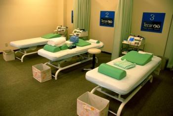 3つのベッドが置かれた治療院は清潔で、リラックスできる香りがただよう: photo:Yufta Omata