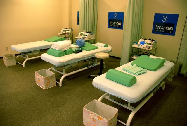 3つのベッドが置かれた治療院は清潔で、リラックスできる香りがただよう