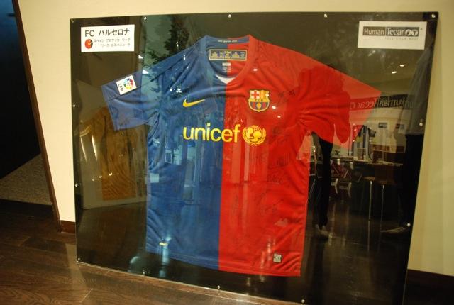 サッカーのトップチーム、バルセロナもテカールを導入している。選手のサイン入りユニフォームが飾られていた