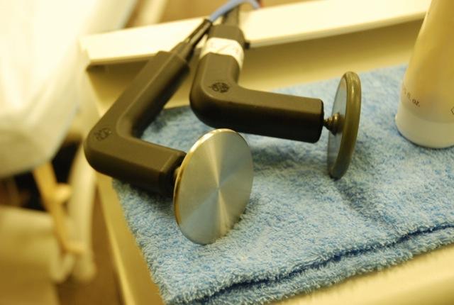 エレクトロードは樹脂製、金属製の2種類あり、温めの部位の深さによって使い分ける
