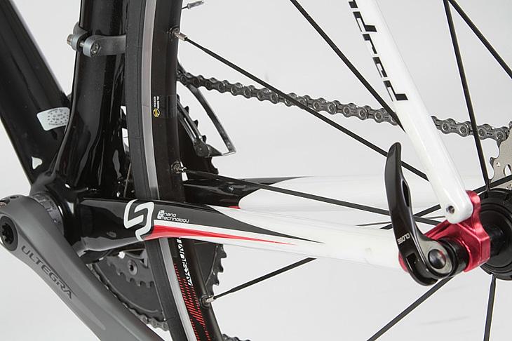快適性を考えた412mmのロングチェーンステーはこのバイクの特徴のひとつだ