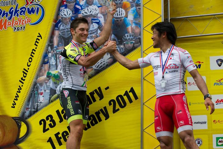 ステージで握手するステージ3勝目を飾ったアンドレア・グアルディーニ(イタリア、ファルネーゼヴィーニ・ネーリ)と宮澤崇史(ファルネーゼヴィーニ・ネーリ)